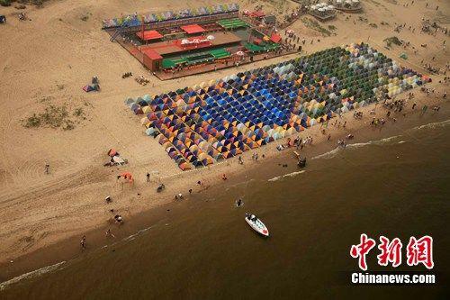 户外爱好者在秦皇岛搭建世界最大帐篷拼图(图)--中国年鉴