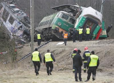 波兰列车迎头相撞70余人伤亡 两车在一条铁轨上--中国年鉴网