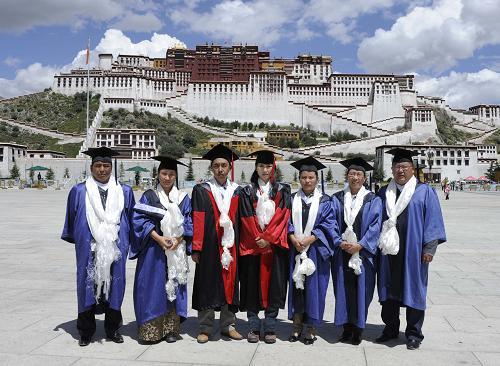 一批藏族学生被授予博士和硕士学位--年度总结